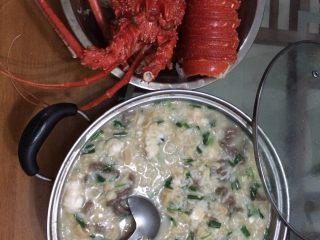 龙虾瑶柱牛肉海鲜粥,成品就是这样,另外牛肉忘了上传腌制了其实很简单,把牛肉切片薄点然后加淀粉料酒海鲜酱油腌制半个小时左右就可以了,在粥熬好前十五分钟把牛肉加入进去就可以,龙虾肉也一样不过龙虾就不用腌本来龙虾肉就是鲜甜得很。