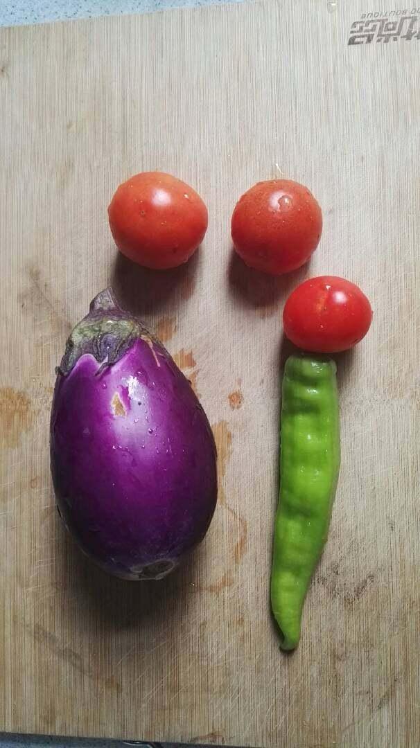 番茄烧茄子,准备好材料。