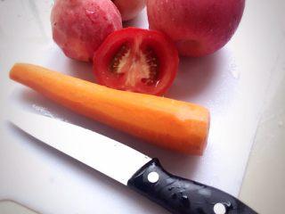 夏日冰爽蔬果汁,第一步:洗好所需材料,切一半西红柿备用,水蜜桃、胡萝卜削好皮放着备用。