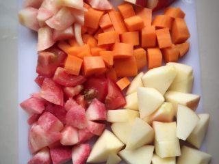 夏日冰爽蔬果汁,第二步:将苹果去芯,水蜜桃去核。然后所有蔬果都切成小块。