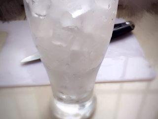 夏日冰爽蔬果汁,第三步:取一杯提前备好的小冰块,半杯凉矿泉水或白开水。