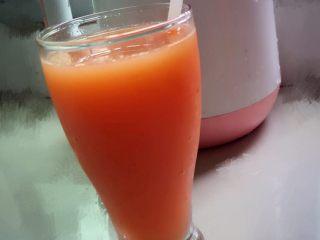 夏日冰爽蔬果汁,第五步:取出过滤器过了渣(因为我用的是全自动豆浆机不是果汁机且材料放的比较多所以过下)用果汁机打会自动滤可省略此步骤~装杯放入吸管就好了!