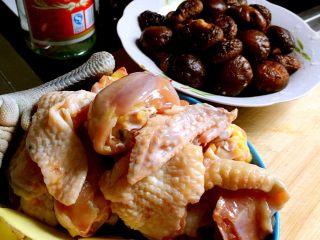 台湾麻油鸡,1、三黄鸡要选年轻的母鸡噢!曾经试过用其他小母鸡,可是还就只有三黄鸡的好吃。 2、小香菇用温水泡发2小时就可以了。曾经用过一次黄金菇做这道菜,风味又不一样,可是后来买不到大伞面黄金菇了,这个让我很郁闷😒 3、这道菜成功的要领在于姜的量,一定要大!补气! 4、广东米酒在菜场专门卖干货店里购买,如果没有就用白酒,但是味道会差一些!后面还会详细说。