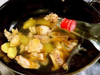 台湾麻油鸡,一整瓶米酒倒入,大火烧开,转小火炖煮1小时,放入香菇,盐调味,继续炖煮30分钟或1小时。没有米酒的用白酒代替,但是不要太多噢!到食材一半就行,烧开加泡发香菇的水!那叫一个香!没过食材一指甲盖高度!香菇水炒其他菜也可以用!