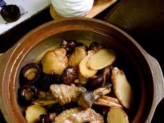 台湾麻油鸡,烧得差不多的时候转到砂锅里最小火炖着,临上菜前端上就可以吃到热气腾腾的麻油鸡了!这道菜很适合小孩和老人,尤其是孕妇和月子里的产妇!