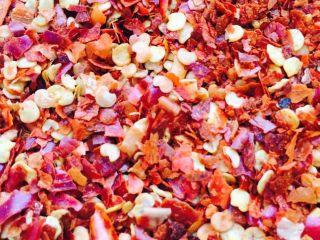 自制辣椒油,器皿里放入辣椒面、黑芝麻、盐