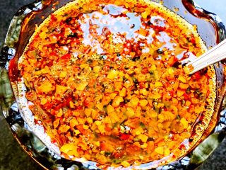 自制辣椒油,用笊篱捞出麻椒、香叶、桂皮、然后把油浇在辣椒面搅匀即可、一碗香喷喷的辣椒油就做好了、是不是很简单哟……😄😄😄