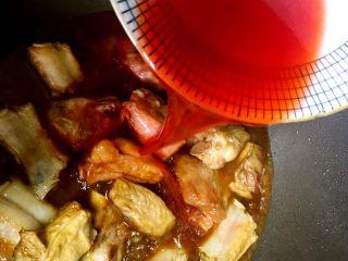 独家糖醋排骨,倒入红曲米水,放入一块陈皮
