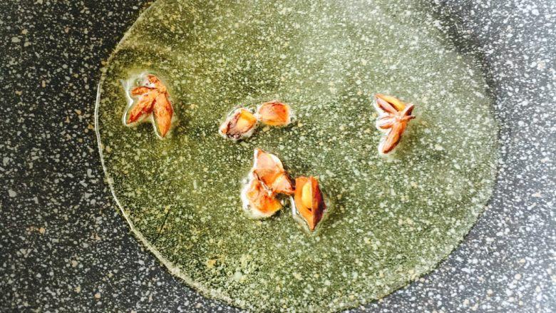 炸酱面#人民的美食#,热锅凉油加入少许八角炸香