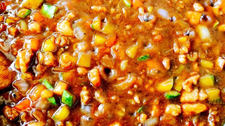炸酱面#人民的美食#,水淀粉倒入适量清水搅匀、倒入锅里搅匀即可……