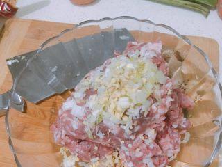 肉丸鲜汤面,万事俱备,开始腌制肉馅。将约一指长的葱段切碎末,鲜姜三片切碎末加入肉馅