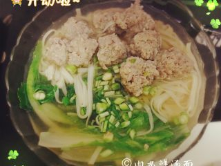 肉丸鲜汤面,面条全熟就可以出锅啦,滴上几滴香油,放上香葱碎,味道美极啦。口重的同学可以配上一点榨菜