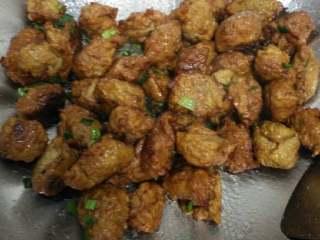 丸子虾仁汤,锅放油下葱姜蒜炒香,放之前炸好的蔬菜肉丸子翻炒,加五香粉酱油耗油