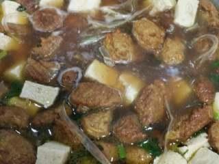 丸子虾仁汤,冻豆腐放里翻炒,加水,下入粉条