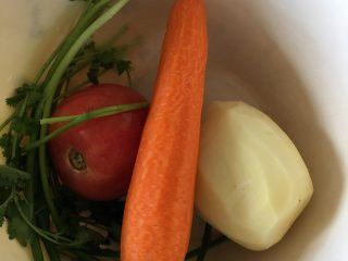 铁锅大锅菜,胡萝卜、土豆洗净去皮,小葱香菜洗净