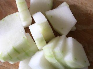 铁锅大锅菜,冬瓜去皮去籽切块