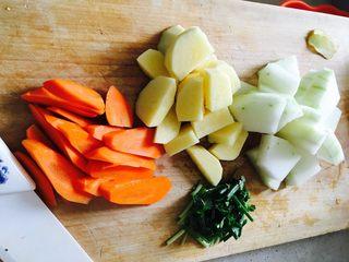 铁锅大锅菜,土豆切块,胡萝卜切滚刀块