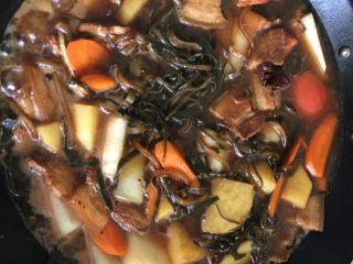 铁锅大锅菜,加入高汤