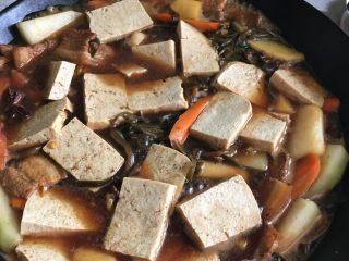 铁锅大锅菜,放入冬瓜冻豆腐填入适量盐