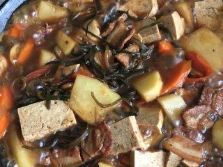 铁锅大锅菜,盖锅盖炖二十分钟左右