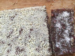 自制红米豆糕,切块,撒上芝麻和椰蓉,撒匀哦