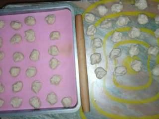 绿豆饼,水油皮做法:中筋(普通)面粉200克,水100克,猪油30克,糖30克,全部混合和成面团,将面团分成(15克)25份的小面团。 油酥做法:中筋面粉200克,猪油100克,全部混合和成面团,将面团分成(12克)25份的小面团。松弛半个小时