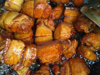 私房红烧肉,再加入黄酒,生抽和老抽,继续翻炒,至五花肉上色