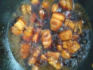 私房红烧肉,锅中水烧开后,转中小火慢炖,大概半小时后汤汁已经不多了,加入适量的盐调味,中途要用锅铲翻一翻,以免糊锅…然后继续闷炖,这时一定要勤看勤翻,最后收汁是最容易糊锅的