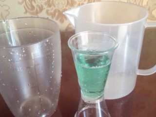 蓝色七喜饮品,酒,60盎司,这个盎司杯两杯。