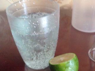 蓝色七喜饮品,杯子里搅拌,倒出。在香槟杯里加入柠檬汁几滴。