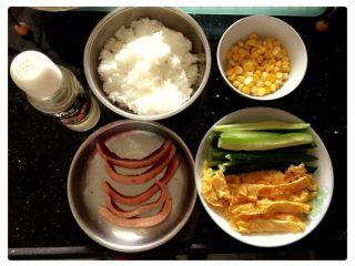 寿司🍣,饭煮好。😉在饭里面加寿司醋。别加太多哦!