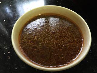 五花肉香菇苦瓜煲,把料酒,酱油,沙茶酱,鸡粉,白糖,香油,凉白开,调成一碗调味汁