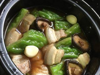 五花肉香菇苦瓜煲,所有食材放入砂锅煲里,淋上调味汁,盖上锅盖,大火煮10分钟后换小火再烧30分钟,期间要注意以防烧干