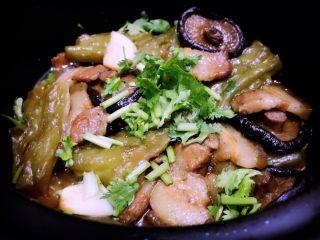 五花肉香菇苦瓜煲,要吃的时候可以搅拌汤汁会比较均匀好吃,用酱汁淋饭也是很美味哦!