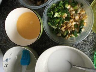 肠粉,我是提前一晚把材料切好放冰箱的,早上就省了很多时间。用两米杯倒一杯粉,再用量米杯量一杯半的凉开水,搅拌均匀。待用。