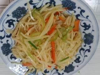 醋溜土豆丝,装盘即可食用。