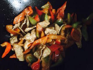 彩椒炒肉片,八分熟倒入肉片翻炒均匀