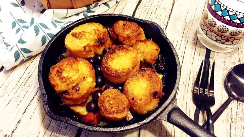 法式吐司砂锅(Casserole )-法棍混合鸡蛋液焗烤后香甜柔软,配合蓝莓火腿丁,爱上这种独特口感