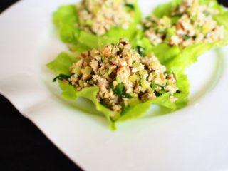 素饺子,把菠菜汁榨好,来和面 活好面静制30分钟 然后擀面皮