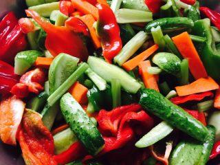 鱼露酱咸菜#有个故事#,腌制成这个模样就可以了、把蔬菜上的水纳干净后、放到坛子里、上面倒入50克高度白酒封盖就可以了、48小时以后即可食用……