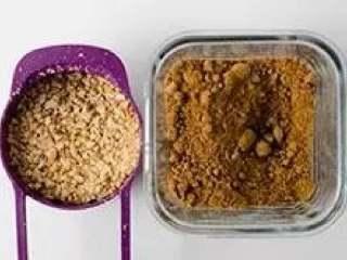 南瓜饼,将面包屑先搁置一旁。再取一个中等大小的碗,加入花生和红糖。