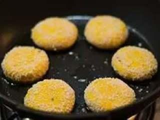 南瓜饼,平底锅中倒少许油,烧热后将南瓜饼放入。