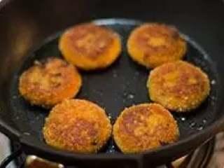 南瓜饼,中小火煎至两面金黄即可。
