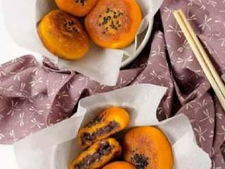 南瓜饼,出锅后的南瓜饼放在厨房餐巾纸上吸走多余的油,即可装盘食用。