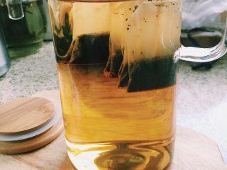 「蜜桃的夏天」——桃子冰茶&蜜桃苏打柠檬水,先将红茶包浸泡至完全变成暗红色,晾凉