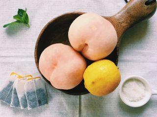 「蜜桃的夏天」——桃子冰茶&蜜桃苏打柠檬水,将水果洗净,原材料准备,随时可用。