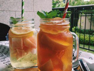 「蜜桃的夏天」——桃子冰茶&蜜桃苏打柠檬水,将冰块放入底层,依次放入桃子肉、柠檬,加一点蜂蜜,插上薄荷叶,就完成啦!