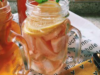 「蜜桃的夏天」——桃子冰茶&蜜桃苏打柠檬水,蜜桃苏打水柠檬水比较好做,将桃子切块,放入冰块、桃子、蜂蜜、柠檬片,最后加入苏打水,插上薄荷叶,就完工啦!