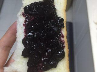 蓝莓酱 ,抹在面包上,太好啦!