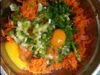胡萝卜丝饼,4.将葱和胡萝卜丝放到偏大的盆子里,打上两鸡蛋